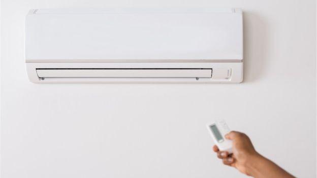 Ar condicionado foi fator de mudança no cálculo de economias envolvidas no horário de verão (Foto: Getty Images/BBC)