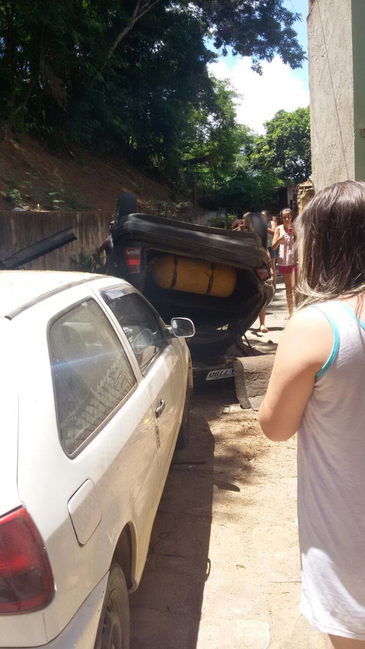 Homem se fere ao cair de carro em ribanceira e atingir portão de casa em Santo Antônio de Pádua, no RJ