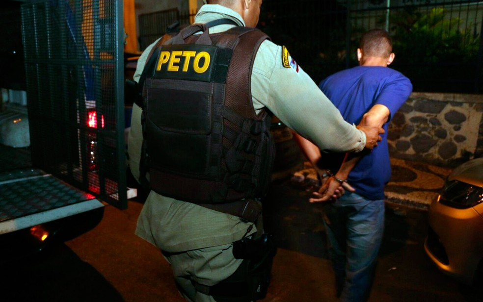 Suspeito foi surpreendido pela polícia quando se preparava para atacar mais uma vítima (Foto: Alberto Maraux/SSP-BA)