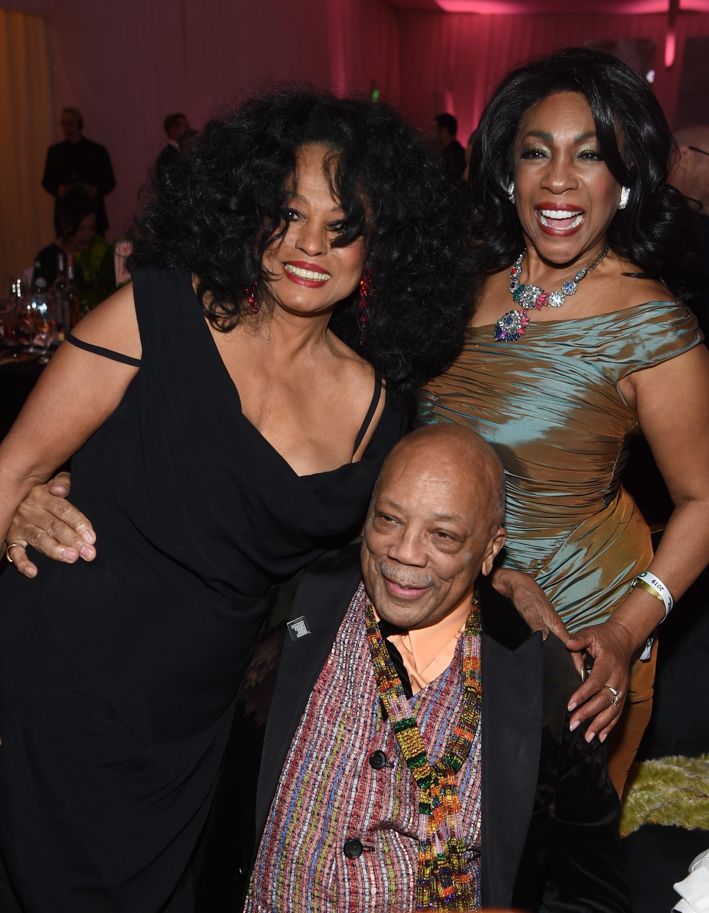 As cantoras Diana Ross e Mary Wilson com o produtor Quincy Jones em evento em Hollywood em fevereiro de 2019 (Foto: Getty Images)