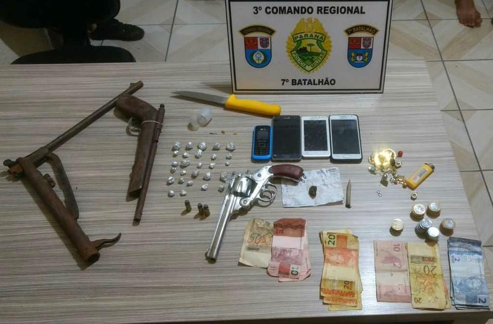 Durante a operação, quatro armas de fogo foram apreendidas, além de celulares, dinheiro e droga (Foto: Divulgação/PM)
