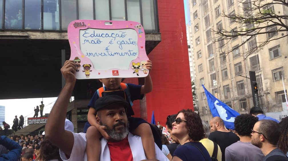 São Paulo - Criança participa de protesto na Avenida Paulista — Foto: Gabriela Gonçalves/G1