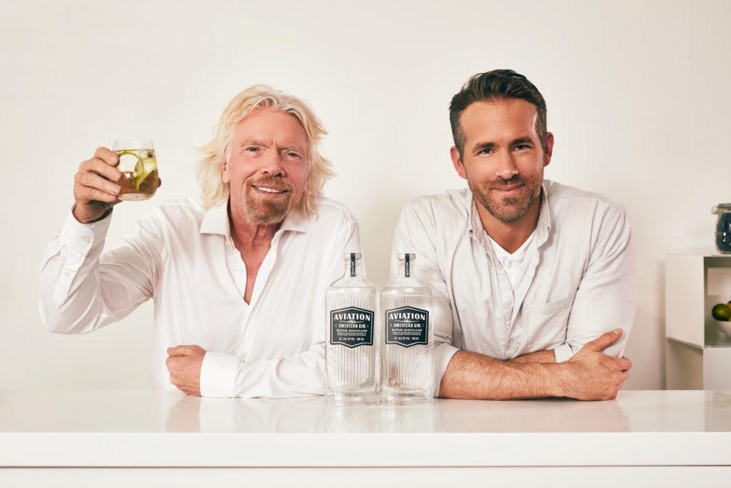 Richard Branson e Ryan Reynolds em propaganda da parceria entre o Aviation American Gin e a Virgin Atlantic  (Foto: Divulgação)