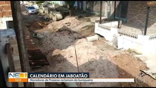 Obra inacabada deixa rua com crateras e morador usa vara de pescar para denunciar água acumulada