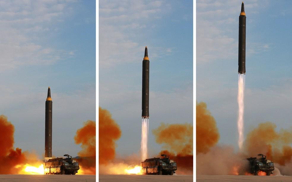 Imagens divulgadas pela agência norte-coreana KCNA mostram o lançamento de um míssil Hwasong-12 (Foto: KCNA via Reuters)