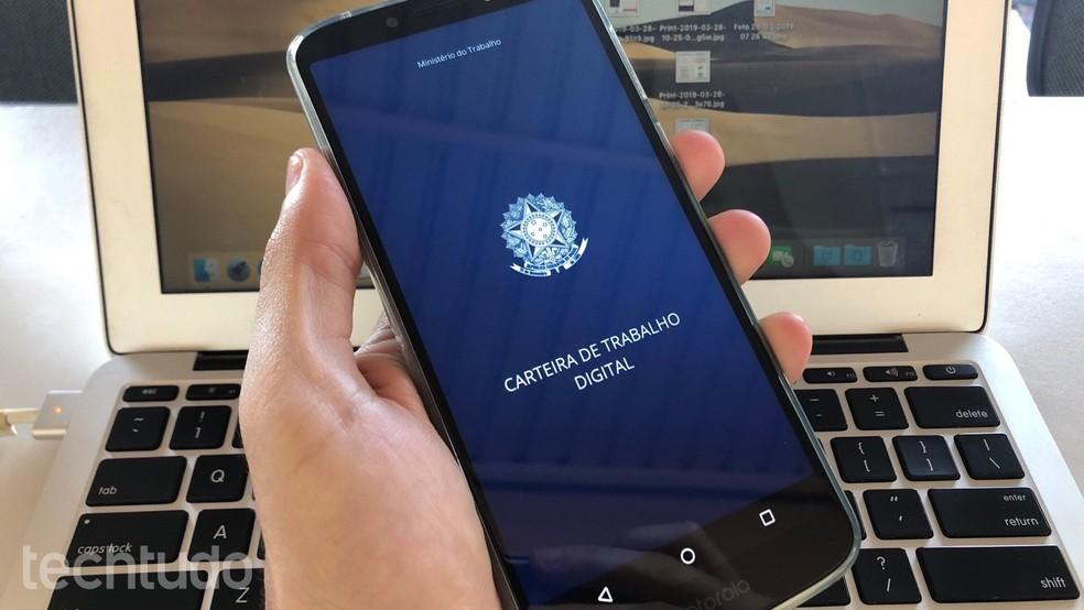 Contratos de trabalho e o número do PIS/PASEP estão entre os dados informados na versão digital — Foto: Helito Beggiora/TechTudo
