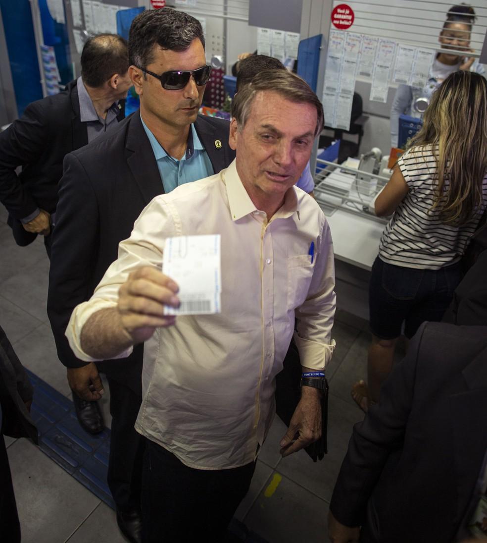 O presidente Jair Bolsonaro foi até uma casa lotérica, em Brasilia, para jogar na Mega da Virada — Foto: Daniel Marenco/Agência O Globo
