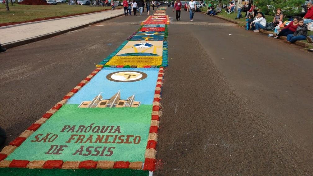 Tapete foi montado nos arredores da Catedral Nossa Senhora de Guadalupe, na Vila A, em Foz do Iguaçu (PR) (Foto: Raphaela Potter/RPC)