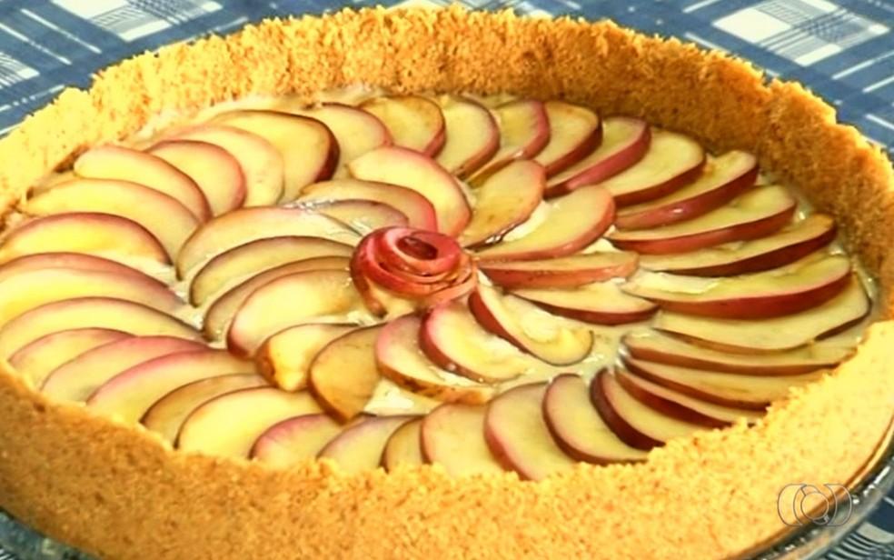 Torta de maçã com canela leva ingredientes baratos e tem preparo simples (Foto: Reprodução/TV Anhanguera)