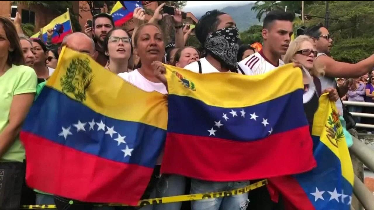 Venezuela vive madrugada de saques e violência