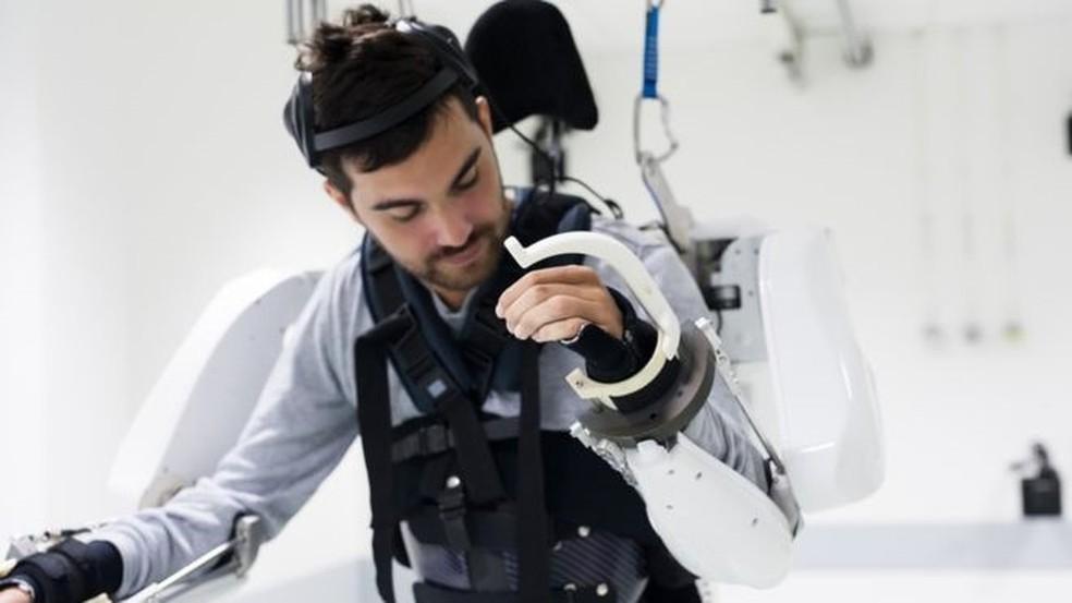 Equipamento permite ainda controle dos dois braços — Foto: Fonds de Dotatio Clinatec