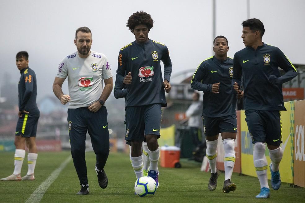 Talles Magno corre no treino da seleção brasileira sub-17 — Foto: Thais Magalhães/CBF