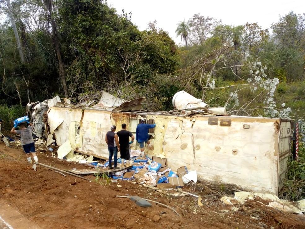 Carreta de frigorífico tomba após bater em traseira de caminhã na BR-262 (Foto: Rodrigo Grando/TV Morena)