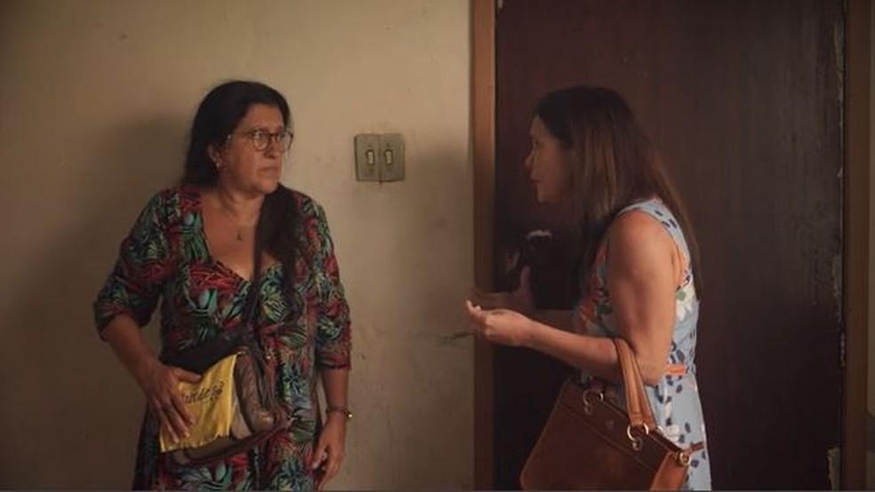 Thelma (Adriana Esteves) tenta convencer Lurdes (Regina Casé) — Foto: Globo