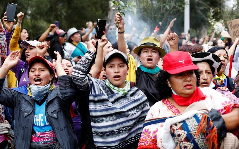 Mulheres participam de marcha em Quito, no Equador, neste sábado (12) — Foto: Daniel Tapia/Reuters