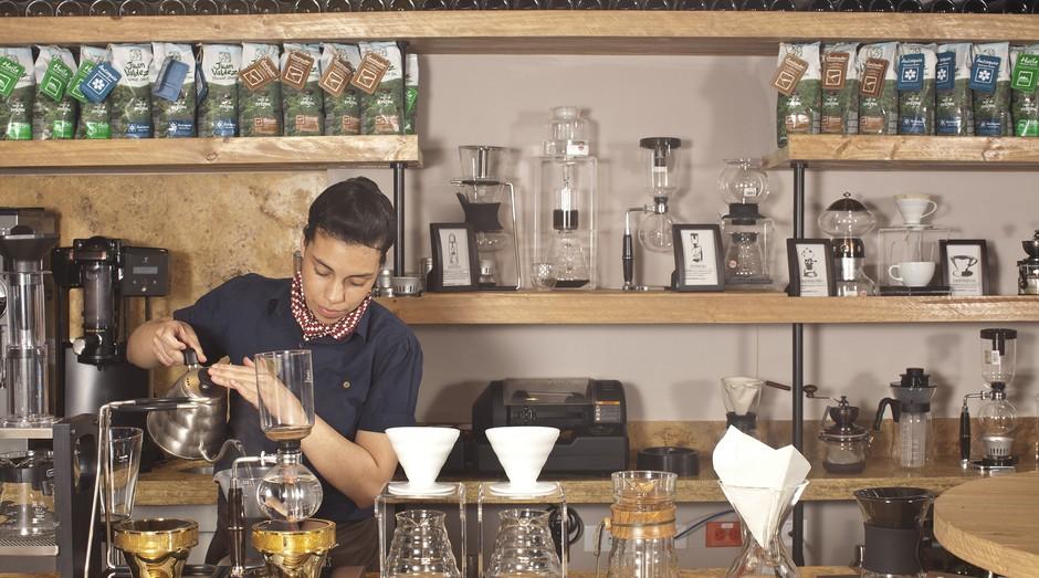 Barista prepara café em loja da marca Juan Valdez em Bogotá, Colômbia (Foto: Divulgação)