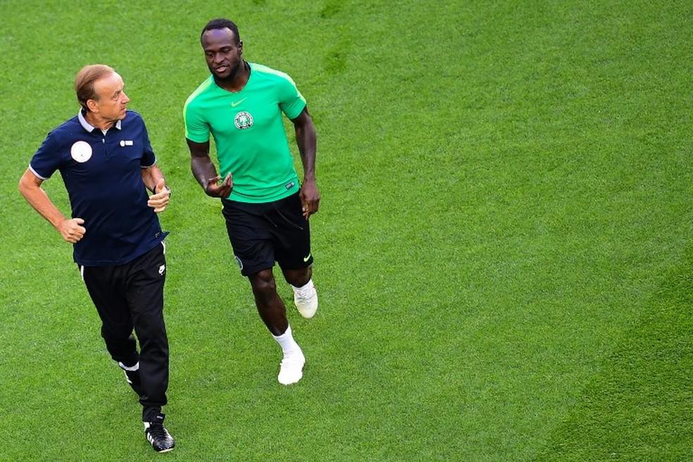 Moses e Gernot Rohr conversam durante o treino da Nigéria (Foto: AFP)