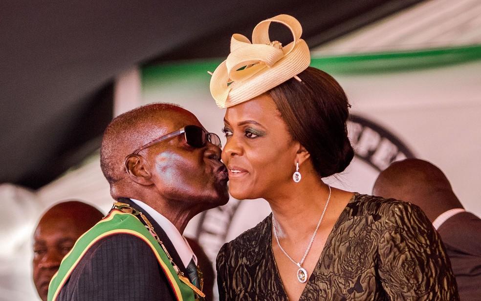 Robert e Grace Mugabe se casaram em 1996 e têm três filhos; ela era datilógrafa do presidente (Foto: Jekesai Njikizana/AFP)