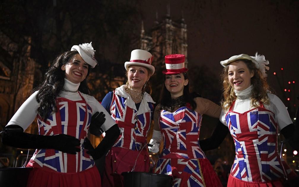 Apoiadoras do Brexit posam para foto em Parliament Square, Londres, na sexta-feira (31), Dia do Brexit — Foto: Daniel Leal-Olivas/AFP