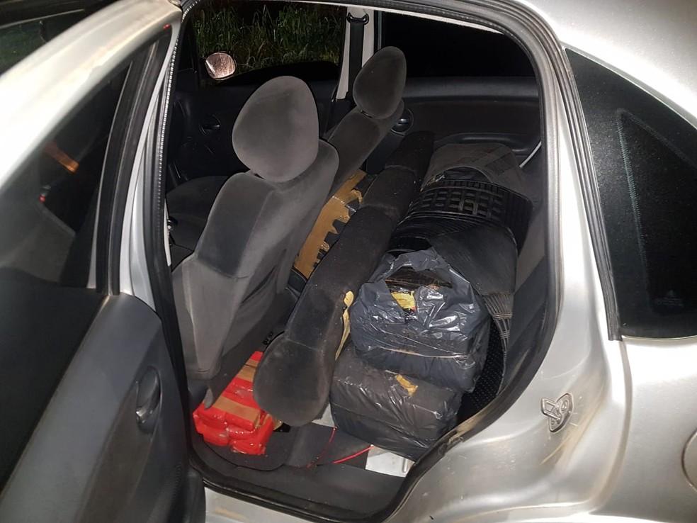O material estava no banco traseiro de um dos veículos — Foto: Divulgação/PRF