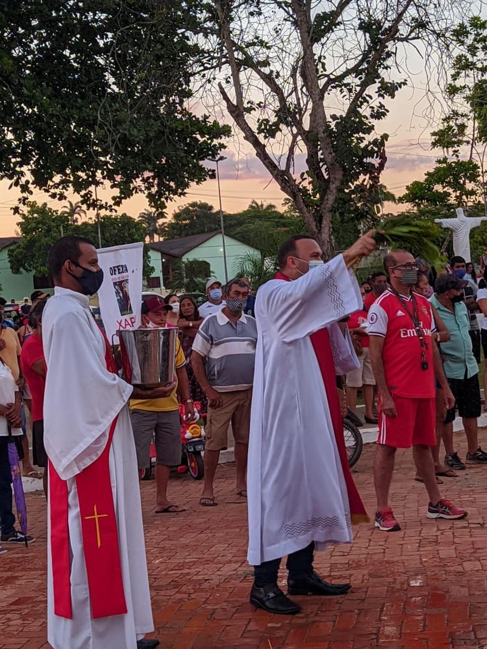 Padre abençoou as pessoas na frente da igreja — Foto: Maria Eduarda/arquivo pessoal
