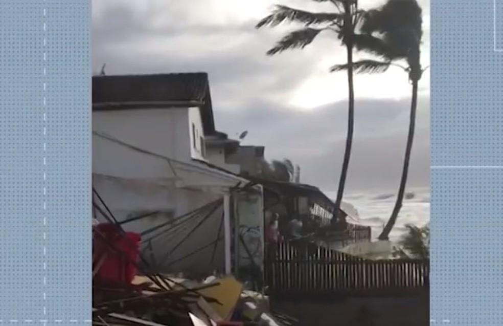 Um comunicado da Marinha divulgado no domingo (21) alertou sobre a possibilidade a passagem de um sistema frontal levar ventos de até 60 km/h ao litoral da Bahia e ao sul de Caravelas, até quarta-feira (23) — Foto: Reprodução / TV Bahia