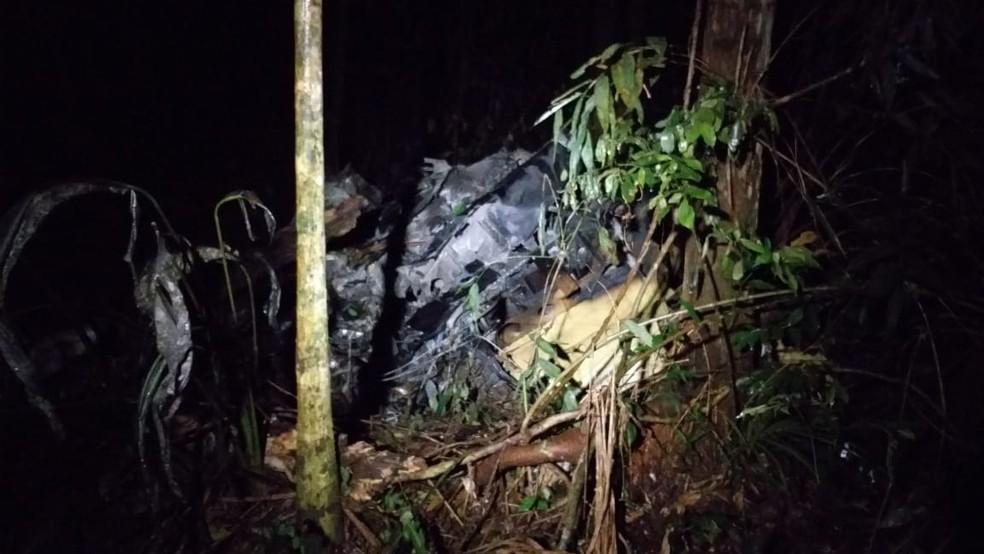 Equipes do Corpo de Bombeiros encontraram destroços do helicóptero que caiu em área de mata de Mogi. — Foto: William Tanida/TV Diário