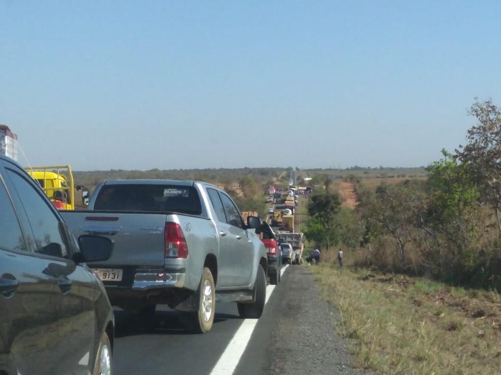Congestionamento na rodovia após interdição nos dois sentidos  (Foto: Leandro Trindade/ TVCA)