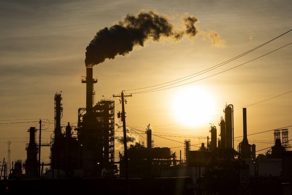 Preços do petróleo caem diante de novos surtos de covid-19 e alta no estoque dos EUA