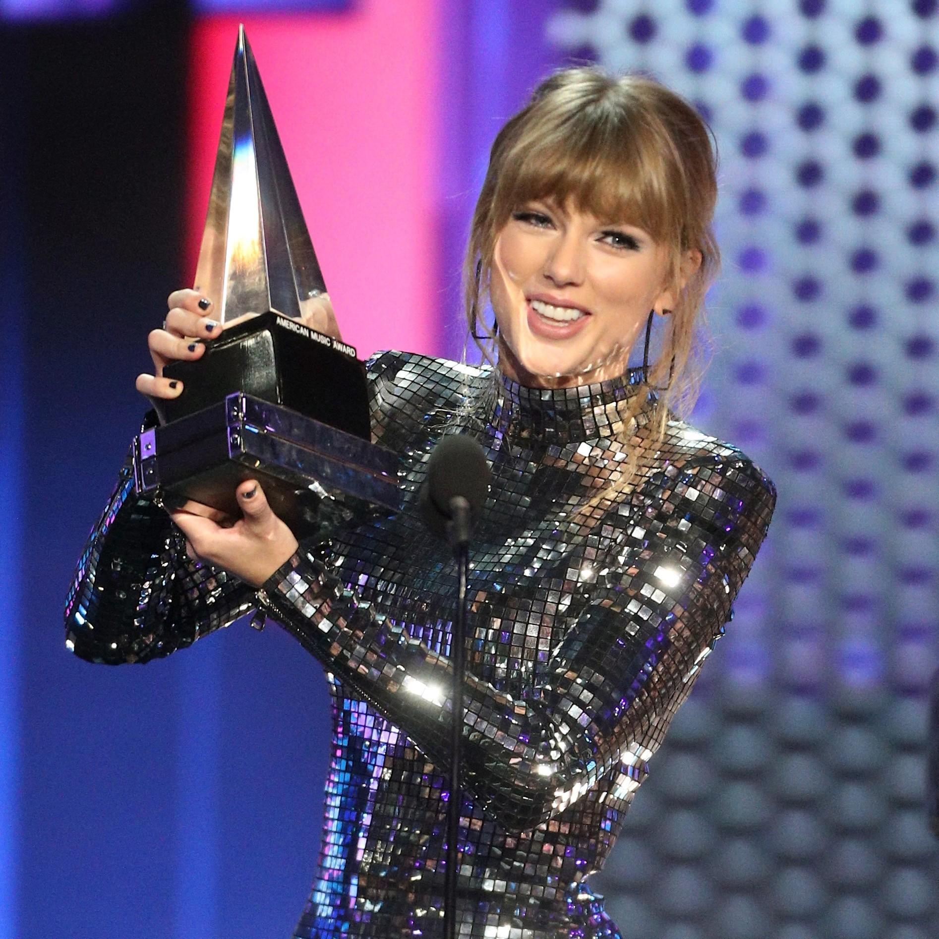 A cantora Taylor Swift com um de seus troféus no American Music Awards 2018  (Foto: Getty Images)