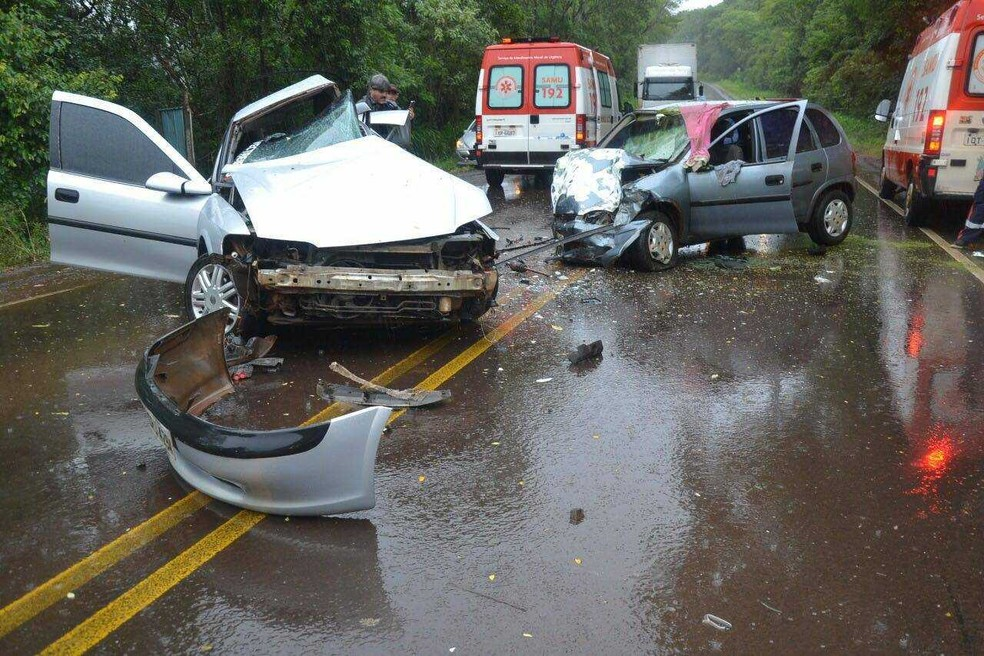 Carros colidiram em pista molhada na ERS-404 em Rondinha (Foto: Eduardo Colussi, divulgação / Máxima FM )