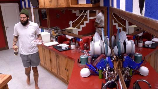 Wagner organiza comida do Tá com Nada na cozinha