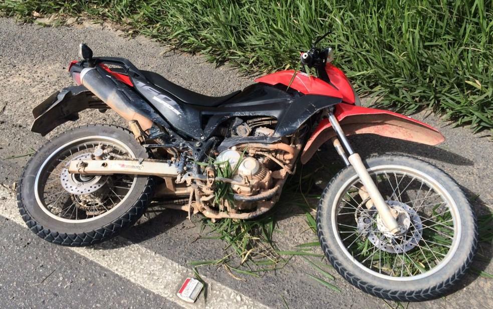 Moto do acidente em que adolescente caiu da garupa (Foto: Divulgação/Polícia Rodoviária Federal)