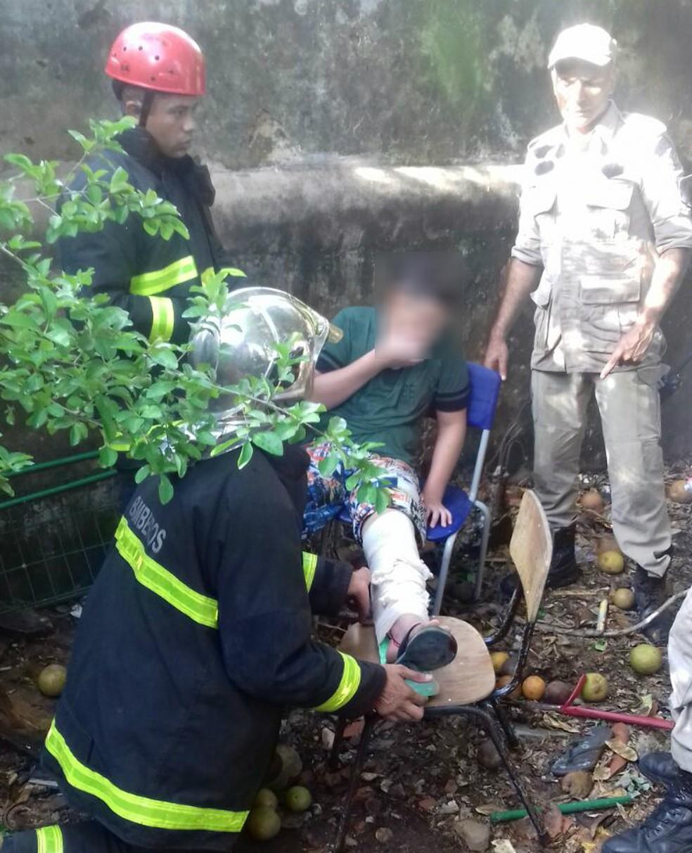 -  Adolescente precisou ser socorrido por bombeiros após se ferir com barra de aço  Foto: Corpo de Bombeiros de MT/Divulgação