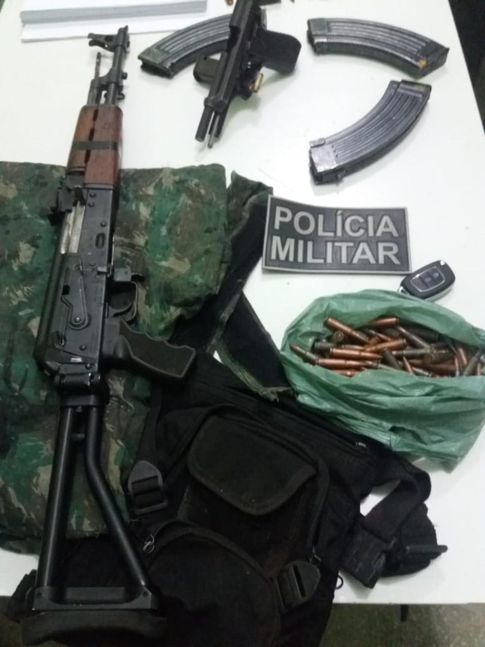 Polícia apreendeu armas com suspeito de assalto a banco em Campo Maior. — Foto: Divulgação/PM