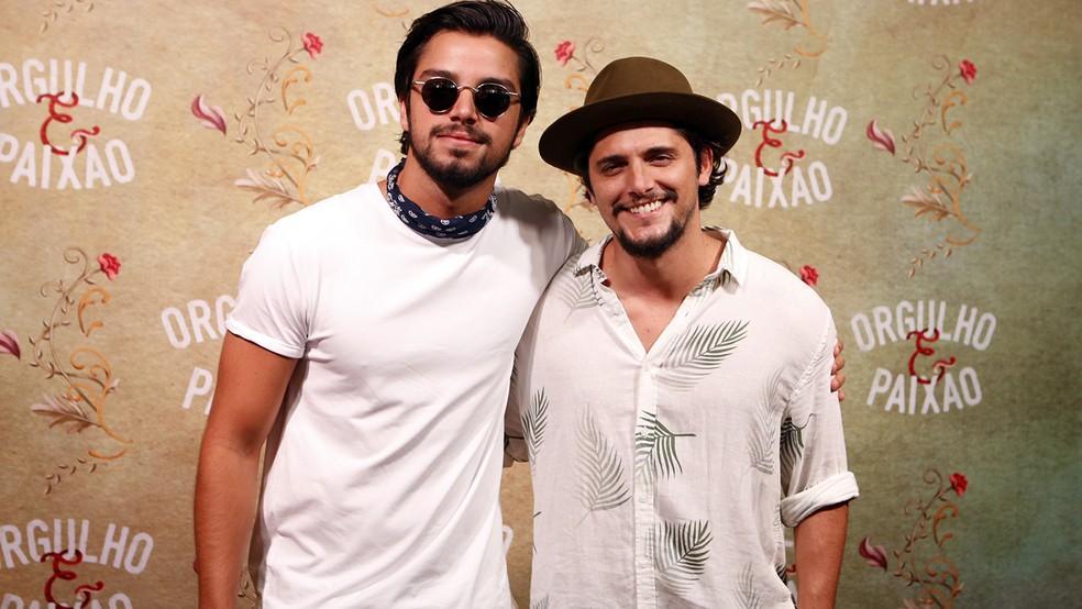 Os irmãos Rodrigo Simas e Bruno Gissoni trabalham juntos na novela  (Foto: Fábio Rocha/Gshow)
