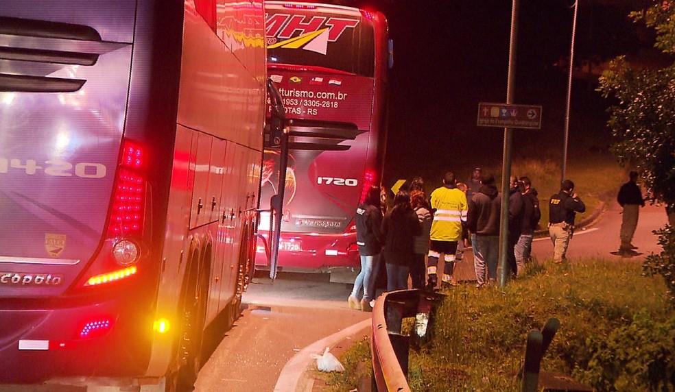 Ladrões levaram dinheiro e celulares dos passageiros — Foto: Reprodução/RPC