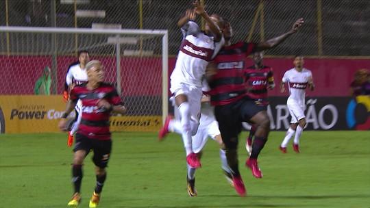 Denilson e Marcinho chocam cabeças e recebem atendimento, aos 44 do 2º tempo