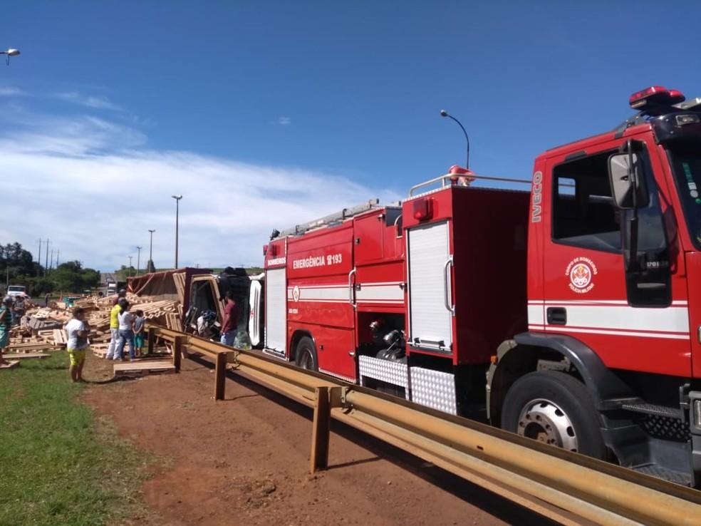 Caminhão carregado com paletes tomba na rotatória que fica na entrada de Taquarituba (SP) — Foto: Corpo de Bombeiros/Divulgação