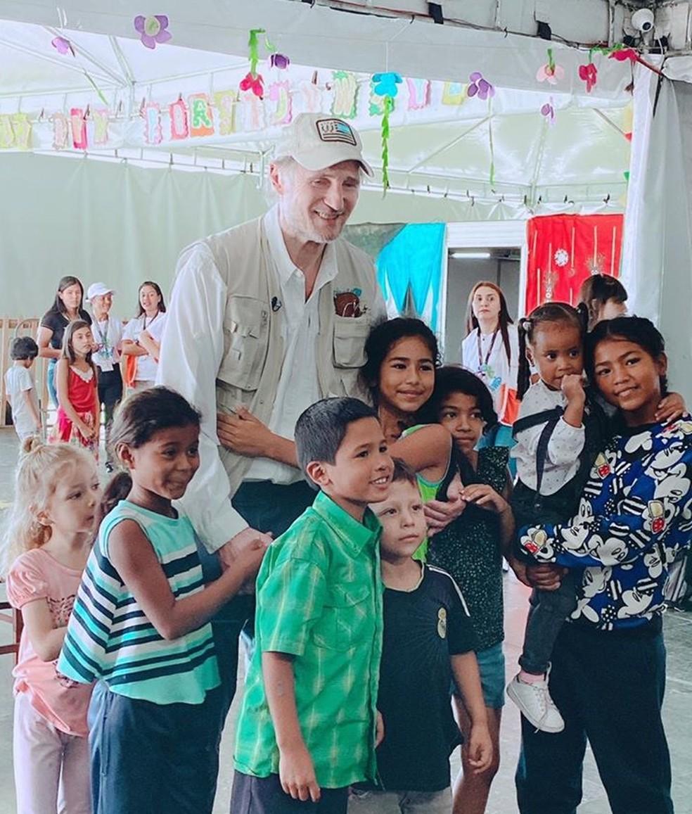Liam Neeson posa com crianças venezuelanas em espaço destinado a atendê-las em Pacaraima, na fronteira do Brasil com a Venezuela — Foto: Arquivo pessoal