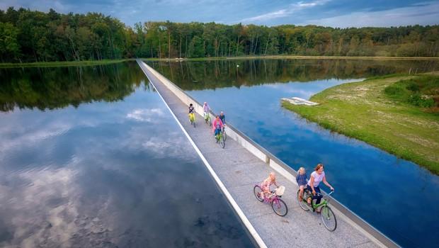 Família atravessa ciclovia que divide lago na Bélgica (Foto: Reprodução/Bycs.org)
