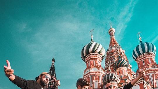 Caio Castro vai lançar livro com relatos da viagem à Rússia de motorhome: 'Está no forno'