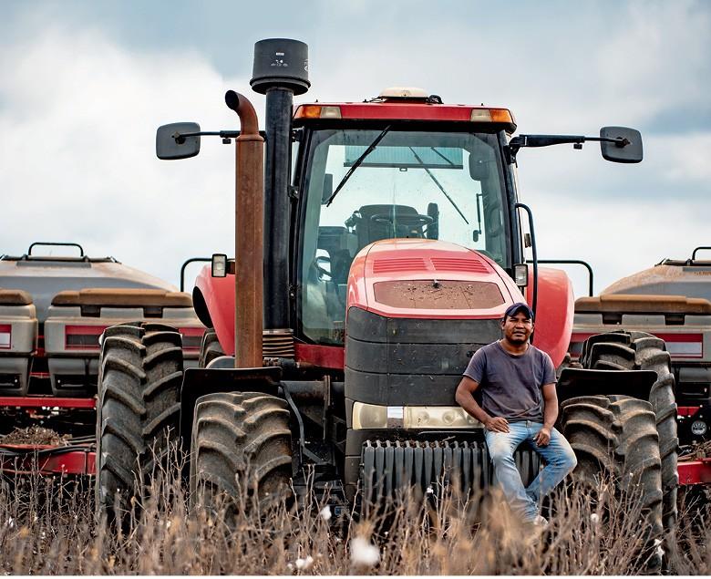 Moacir, de 34 anos, aprendeu a operar máquinas agrícolas aos 16 (Foto: José Medeiros/Editora Globo)