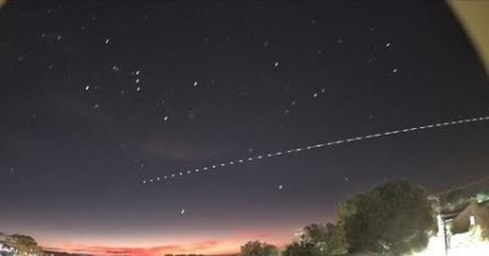 Astrônomo amador fez sequência de imagens para mostrar trajeto do objeto no céu catarinense — Foto: Jocimar Justino/Arquivo pessoal