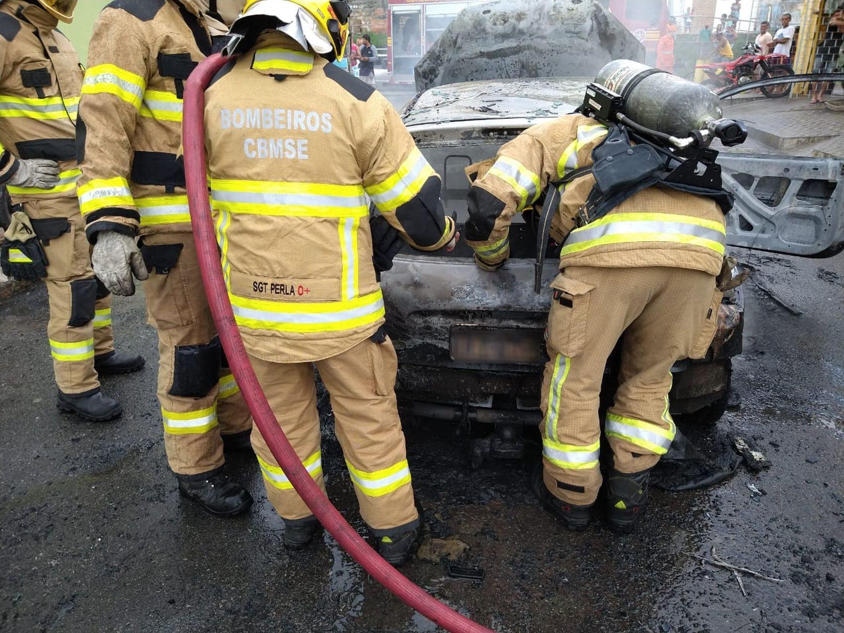 Veículo pega fogo na Zona Norte de Aracaju