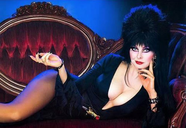 Cassandra Peterson com o figurino de sua personagem em 'Elvira, a Rainha das Trevas' (Foto: Reprodução)