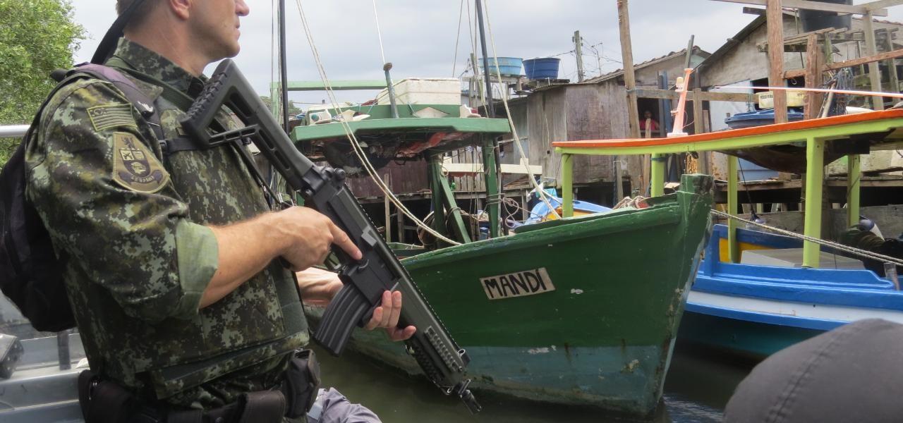 Barco roubado há duas semanas é achado em comunidade de Guarujá