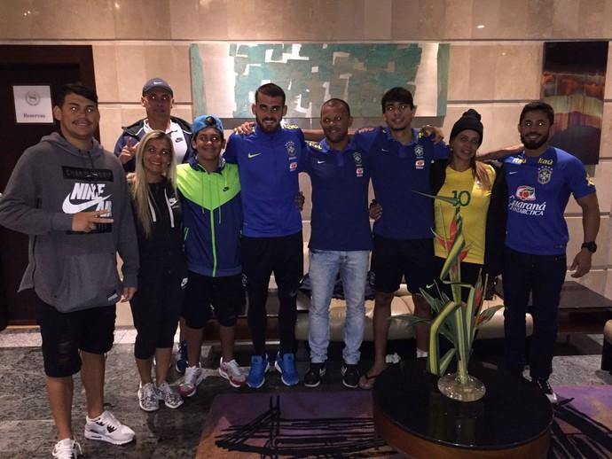 Famílias de Felipe Vizeu e Lucas Paquetá após vitória da sub-20 (Foto: Lucas Loos / GloboEsporte.com)