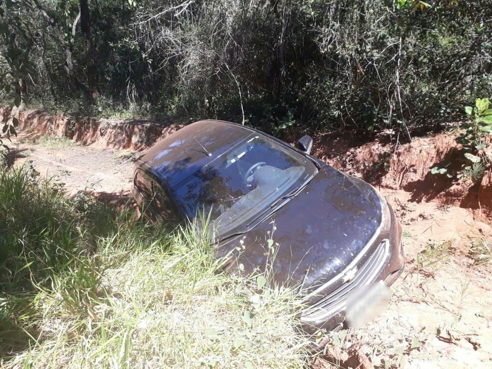 Carro usado por prefeito de Bariri tombou enquanto criança estava dentro (Foto: Arquivo Pessoal )