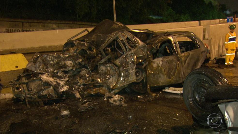 Corpos das vítimas ficaram carbonizados em acidente na Avenida Brasil, no Rio (Foto: Reprodução/ TV Globo)